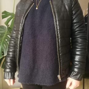 Sisters Point Jakke, God, men brugt. Østerbro - Faux læder jakke. Sort str. XS. Sisters Point Jakke, Østerbro. God, men brugt, Brugt en periode og har derfor mindre tegn på brug