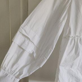Fin hvid bluse fra PIECES. Bag på er der knapper, ærmerne er ballon-ærmer.  Er blevet brugt en gang