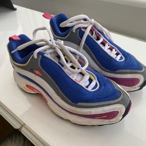 Fine sneakers fra Reebok. Brugt få gange. BYD