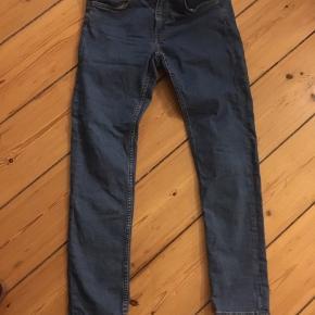 Helt nye jeans i farven ml blå - blot købt for små.