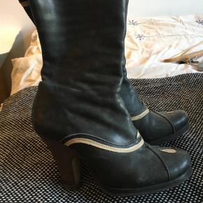 Varetype: Støvletter Farve: Grøn Prisen angivet er inklusiv forsendelse.  Skønne støvler, brugt ig elsket. Med brugsspor (se billeder), men det kan tages med en pudsning. Derfor den lave pris.