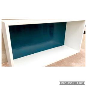 Super fin reol til eksempelvis ophæng på væg.  Enkelte mærker i den hvide farve.   Farve: Hvid og petroleumsblå (sidstnævnte er svær at afbillede på billederne) Mål: L: 60 cm, H: 30 cm, B: 19 cm  ❌BYTTER IKKE. 💵Betaling gennem Mobilepay 🛍Afhentes på Nørrebro i weekend og aftentimerne