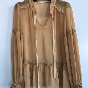 Smuk bluse fra RUE de FEMME. Blusen er mere karrygul end på billedet.