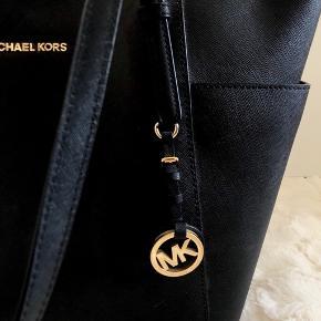 """Sort Michael Kors taske i modellen """"Jet Set"""" med gulddetaljer. Tasken fremstår næsten som ny uden tegn på slid, og er kun brugt 1-2 gange.🌸"""