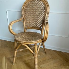 Bambus flettestol antik. Standen er meget velholdt og har meget få brugsspor og er i rigtig god kvalitet.   Højde med ryglæn 101 cm  Breddeste stykke på hele stolen med armlæn: 58 cm  Siddeflade: 42 cm i diameter  Højde op til hvor man sidder: 47 cm  De fleste af disse stole i samme stil står til minimum 800 kr.