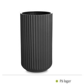 Lyngby vasen25 cm mat grå (sort). En meget smuk og elegant vase til større blomsterbukettereller grene fra haven fx æble eller kirsebærgrene.Står også smukt uden indhold.
