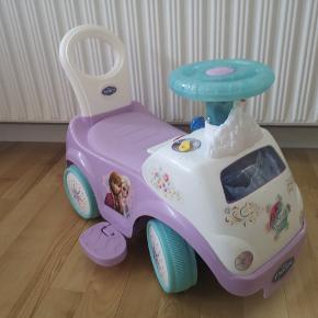 Frost gåvogn/bil med motor og mange lydeffekter. Kan både køre frem og tilbage med motoren (kan slået fra så barnet kan bruge fødderne) Virker som den skal og i perfekt stand.  Skal afhentes på adressen.   Tilsalg på flere steder.