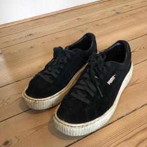 Sælger disse Puma Suede Platform sneakers i sort ruskind og hvid sål.  Hælen er gået lidt i stykker indvendig, et af snørebåndene er knækket for oven (kan dog stadig bindes), og derudover er de ellers bare meget gået til - derfor den lave pris. De bliver vasket inden afsendelse :)