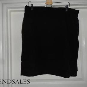#30dayssellout  Klassisk nederdel med tre tværgående læg på tværs for neden.  Materiale - yderst: 70% polyester, 25% viscose og 5% elastan Materiale - inderst: 100 % polyester
