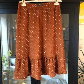 Lækker nederdel i brændt orange/rust. Sælger da den er blevet for stor. Sender her igennem eller kan hentes i Kolding
