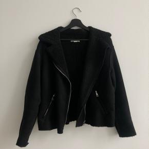 Fake ruskinds/teddybear jakke fra H&M. Den er købt i en str. 42, da det er en kort model. Jeg er normalvis str. xs-s.  Længde fra nakke og ned er 64-65 cm.