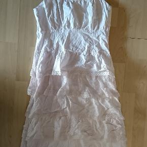 Lang vintage kjole med blonder . 🌼 Der står ingen størrelse i, men vil gætte på en medium eller small.