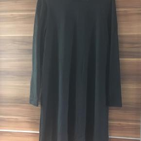Lækker blød kjole Aldrig brugt, stadig med mærke Str. S/M (står på mærket)