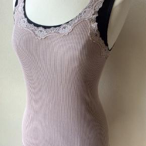 Farve: pudderrosa. Materiale: 70% silke, 30% bomuld. Perfekt stand. Sendes for kr. 35,-