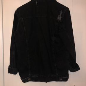 Super cool denim jakke i oversize med slid-effekter. Brugt måske 3 gange, aldrig vasket.