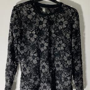 Blondebluse i sort og grå  Den kan nemt bruges af en Large  #30dayssellout