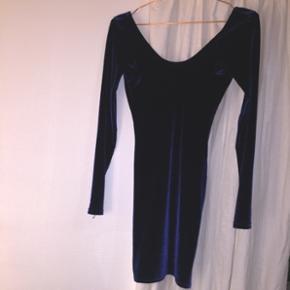 Jeg sælger denne midnatsblå kjole. Den er lårkort og stoffet er velour.