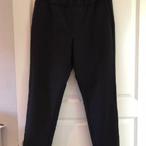 Super fine bukser - netop købt herinde men desværre passer de mig ikke. Sælges derfor billigt.   Mål  Talje: ca 2x44 (strukket ud ca 2x 51)  Skridt:  ca 33 cm  Benlængde: ca 70 cm (målt indvendigt)