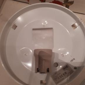 2 væglamper fra IKEA 25 cm i diameter  Der mangler ledninger, men de er i fin stand, aldrig brugt  25 kr for begge Porto 33 kr