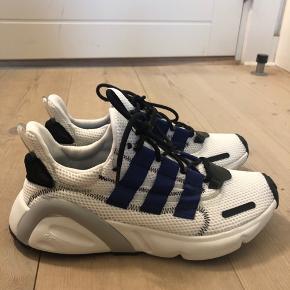Sælger disse mega fede Adidas sneaks, de er i en str 39, og er aldrig brugt før! Sælger kun hvis rette bud kommer:)) kasse medfølger