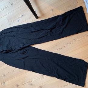 Jeg sælger mine sorte bukser, da jeg ikke får dem brugt - BYD