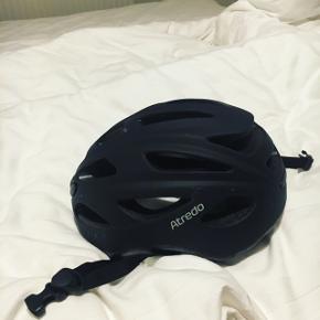 Flot justerbar cykelhjelmSå god som ny.  Str L - 58-61 cm   Afhentes i Brønshøj eller sendes over dao på købers regning