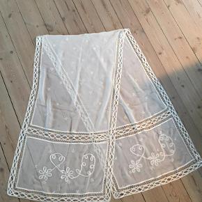 Varetype: Tørklæde Størrelse: 180 cm / 49 cm Farve: Hvid Oprindelig købspris: 1000 kr. Prisen angivet er inklusiv forsendelse.  Tørklæde købt i NY. 100 % silke   Bytter ikke