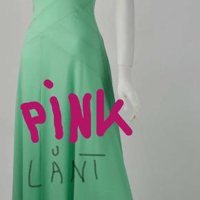 Pink flot Gillian Paul galakjole. Den er fra 1970'erne  Der er næsten med garanti ikke andre,  der har den samme kjole.  Falder smukt, sidder tæt ned til hoften hvor den afsluttes med stor vidde der falder smukt. Brugt få gange,  size 10. / 38