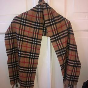Gammelt Burberry tørklæde som næsten aldrig er blevet brugt.