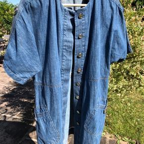 Super lækker kjole med knapper hele vejen ned. Eller brug den åben som en lille frakke/ blazer.