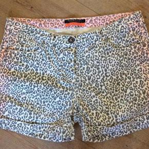 Varetype: Fede shorts Størrelse: 29 = 40-42 Farve: Se billeder Oprindelig købspris: 800 kr.  Rigtig lækre shorts af 97 % bomuld, 3 % elasthane. Livv. 87 cm.  Bytter ikke Evt. MobilePay
