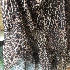 Leopard print i mesh stof med slå om effekt.  Er for stor til mig (er str s/m) men har brugt den med en sikkerhedsnål i taljen og det har fungeret fint