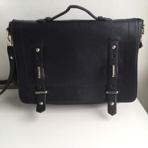 464e28318f8 Taske fra Zara. Brugt 1 gang. Meget mørk blå. Den kan bruges som