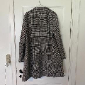 Flot oversize jakke/frakke med tern svaret cirka til en L, i blazer look men længere. Købt på asos