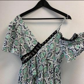 Super fed, lang kjole fra Asos med mint/hvide blonder og cool detaljer. Kjolen er off-shoulder i den ene side og har dyb ryg-udskæring.  Kjolen er aldrig brugt og har stadig tag.   Jeg foretrækker at handle via Trendsales og sende med DAO. Alternativt via MobilePay.  Køber betaler gebyr og fragt.
