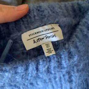 Lækker strik fra & other stories. Størrelse s, passes også af en m. Jeg er normalt en s-m. Strikken er dejlig varm, den er lavet af 52% uld og 48% mohair. Den kradser ikke.