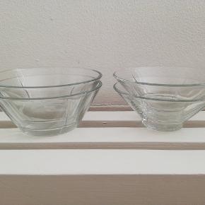 4 glasskåle fra Rosendahl, 2 forskellige slags. Sælges kun samlet.   SENDES IKKE!  - Handler kun via MobilePay - Kan hentes i Helsingør eller Hillerød - Bytter ikke