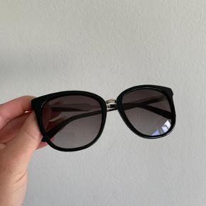 Gucci solbriller, købt i 2017 i Københavns lufthavn.  Model GG073S - Black/silver.  De er brugt i sommeren 17' men ellers har de bare ligget. Der er desværre kommet en meget lille ridse i glasset men det ses næsten ikke.  Alt medfølger - æske, kvittering og certificate-card.  Nypris var 2052,-