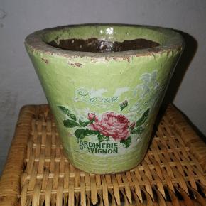 2 stk. urtepotteskjulere med blomstermotiv. Brugt med brugsspor, hvilket ikke betyder så meget pga. i forvejen påført patina for antik-look.