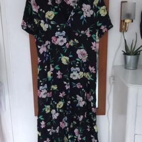 Fin forår/sommer kjole. Den har to snore på bagsiden så man kan stramme den ind i taljen.  #30dayssellout