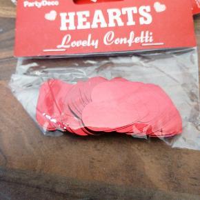Bordpyndt konfetti, jul, rød mettalic hjerter, 10 g i hver pose, 5 kr pr pose, 3 for 10 kr. Har 20 poser ialt. Sender plus porto