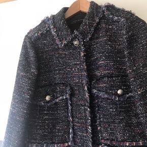 Rigtig fin blazer/overdel fra zara i blå/lilla nuancer med frynser på ærmerne og i bunden.