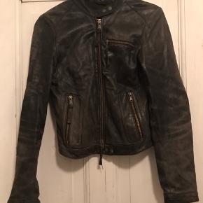 Sort læderjakke fra Saint tropez - brugt men kan sikkert se ny ud igen hvis den får lidt læderfedt