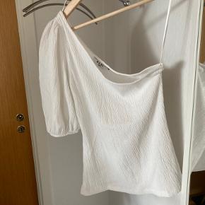 One shoulder top brugt en enkel gang  Vil sælge den for 136 inklusiv fragt