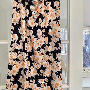 Fineste satin nederdel med blomster på, som desværre er lidt for stor til mig. Der er elastik i livet :)      Køber betaler fragt :)