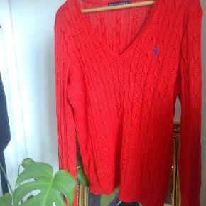 Perfekt stand, rød Ralph Lauren sweater. Passer fint en medium eller small hvis man ikke har noget imod en oversized sweater.