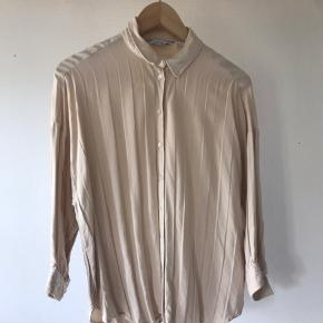 Really nice blouse, only selling because it's not the right size for me. Pick up only.