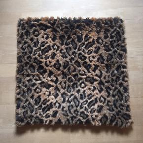 Pudebetræk i kunstpels fra H&M str. 50x50.  Np. 130 kr.
