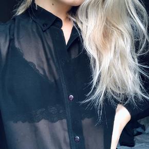 Transparent halvlang skjorte, aldrig brugt! Det er godt nok en størrelse xs, jeg er normalt en str. m og den passer mig som en lidt oversized skjorte. BYD :-)