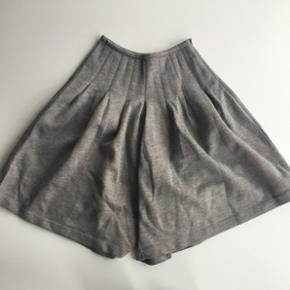 Designers Remix shorts Str xxs, passer også xs og s Har haft en hul, der er blevet syet sammen bagpå. Det ses på sidste billede.